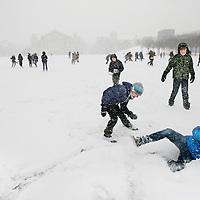 Nederland, Amsterdam , 3 februari 2012..Sneeuwpret op het Museumplein na heftige sneeuwval in Noord Holland..Foto:Jean-Pierre Jans
