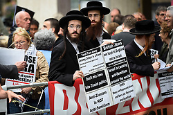 © Licensed to London News Pictures. 04/09/2018. LONDON, UK.  Orthodox Jews join demonstrators from the Jewish Voice for Labour gathered outside Labour HQ in central London as members of Labour National Executive Committee discuss the party's code of conduct on anti-semitism.  Photo credit: Stephen Chung/LNP