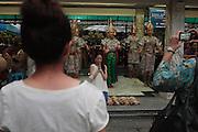 Bangkok, Ratchaprasong, les danseuses exécutent une danse religieuse pour chaque don au temple.