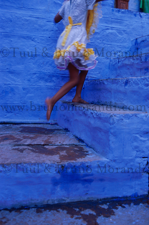 Inde. Rajasthan. Jodhpur la ville bleue. Pas de deux. // India. Rajasthan. Jodhpur. The blue city. Girl on the stairs.