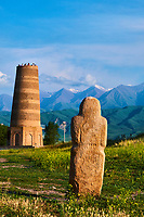 Kirghizistan, province de Chuy, la tour de Bourana et des balbals, stèles en pierre sur le site archéologique de l'ancienne ville de Balasagun  //  Kyrgyzstan, Chuy province, Burana tower and balbal grave stone, ancien city of Balagasun