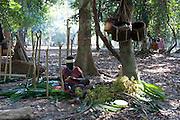 Un camp jarawa. Une femme fabrique un collier de fleurs avec son enfant endormi sur ses cuisses. Elle chante. Les Jarawas chantent tout au long de la journée et même la nuit. Ils chantent pour exprimer un sentiment ou une émotion. Mais aussi pour communiquer sur leur présence, à l'arrivée au camp, au départ pour la chasse.