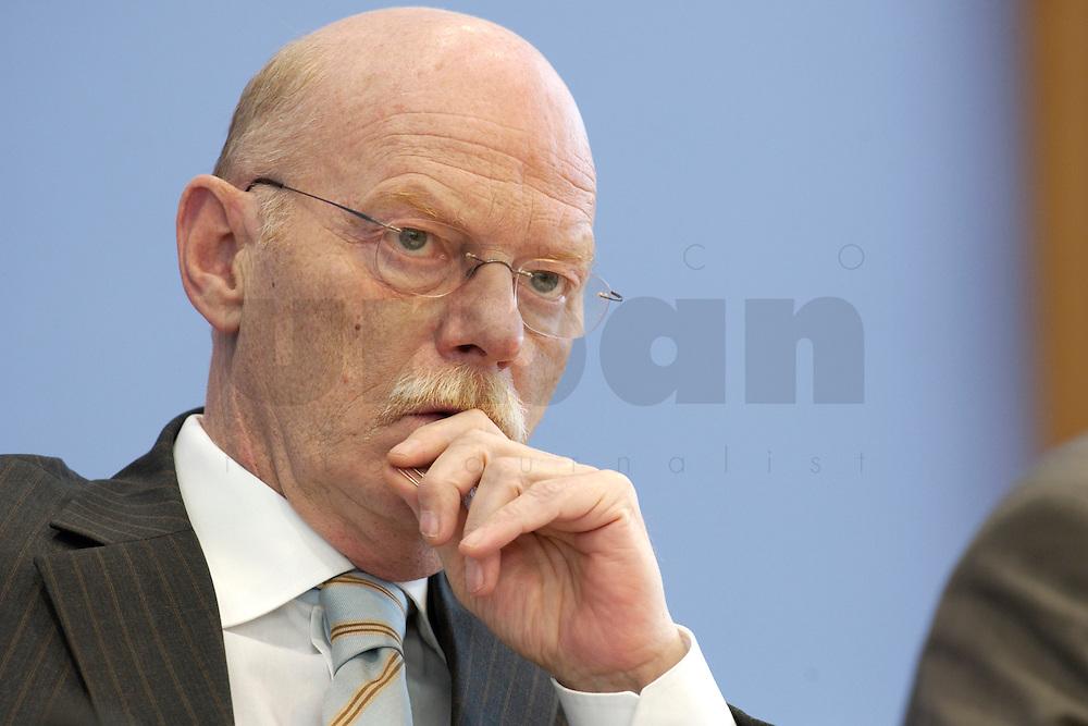 30 MAR 2004, BERLIN/GERMANY:<br /> Peter Struck, SPD, Bundesverteidigungsminister, waehrend einer Pressekonferenz zum neuen Ausruestungs- und Materialkonzept der Bundeswehr, Bundespressekonferenz<br /> IMAGE: 20040330-02-021
