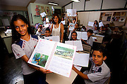 Belo Horizonte_MG, Brasil...Alunos da  Escola Estadual Leon Renault, leem instrucoes para experiencias em laboratorio...The students of the State School Leon Renault, is reading instructions for laboratory experiments...Foto: LEO DRUMOND / NITRO