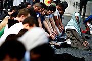 Frankfurt am Main | 20.04.2011..Am Mittwoch (20.04.2011) versammelten sich etwa 3000 ueberwiegend junge Musliminnen und Muslime zu einer Kundgebung mit Reden der radikalen Ismalisten Pierre Vogel (Abu Hamza) und Dr. Abu Bilal Philips auf dem Rossmarkt in Frankfurt am Main. Hier: Muslime beten vor Beginn der Vernanstaltung...©peter-juelich.com..[No Model Release | No Property Release]1