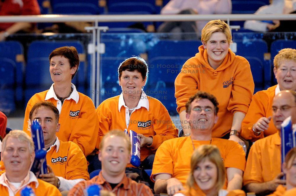 23-01-2007 VOLLEYBAL: SISLEY TREVISO - ORTEC NESSELANDE: VILLORBA ITALIE<br /> Nsselande verliest ook uit van Treviso met 3-1 en staat nog steeds met nul overwinningen onderaan in groep B / Ortec Nesselande support , publiek<br /> &copy;2007-WWW.FOTOHOOGENDOORN.NL