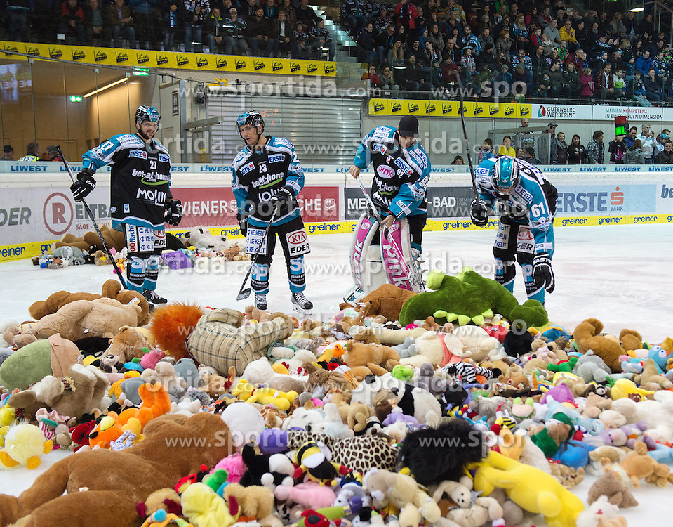 05.12.2015, Keine Sorgen Eisarena, Linz, AUT, EBEL, EHC Liwest Black Wings Linz vs HC TWK Innsbruck Die Haie, 27. Runde, im Bild Linz feiert das 1 zu 0 mit dem Teddy Bear Toss, Fabio Hofer (EHC Liwest Black Wings Linz) Bernhard Fechtig (EHC Liwest Black Wings Linz) // during the Erste Bank Icehockey League 27thround match between EHC Liwest Black Wings Linz and HC TWK Innsbruck  Die Haie at the Keine Sorgen Icearena, Linz, Austria on 2015/12/05. EXPA Pictures © 2015, PhotoCredit: EXPA/ Reinhard Eisenbauer