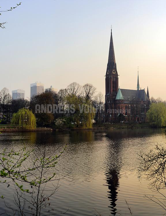 Kuhmühlen-Teich vor der St. Gertrud-Kirche nähe Mundsburg in Hamburg