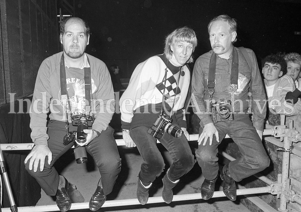 986-429<br /> A row of photographers at the Rod Stewart concert in the R.D.S. September 1986. (Part of the Irish Independent Newspapers/NLI Collection)