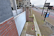 Nederland, The Netherlands, 6-1-2018Nijmegen maakt zich op voor hoogwater. Het stijgende water van de Rijn, Waal, zal de Waalkade zal morgenavond doen overlopen. Dagjesmensen en nieuwsgierigen komen al kijken en een aannemer heeft de coupures tussen de kade en de stad afgesloten.Foto: Flip Franssen
