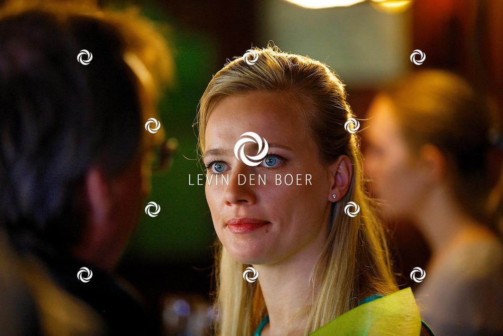 WOUDRICHEM - In het kleine vestingstad Woerkum zijn de opnames van Dokter Tinus. Deze tv serie word op SBS6 uitgezonden. Met op de foto  Jennifer Hoffman. FOTO LEVIN DEN BOER - PERSFOTO.NU