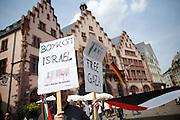 Frankfurt am Main | 26 July 2014<br /> <br /> Am Samstag (26.07.2014) demonstrierten etwa 500 Menschen auf dem R&ouml;merberg in Frankfurt am Main f&uuml;r Frieden in Pal&auml;stina / Gaza und f&uuml;r ein sofortiges Ende der israelischen Milit&auml;reins&auml;tze dort.<br /> Hier: Ein Teilnehmer der Demo steht vor dem R&ouml;mer und tr&auml;gt Plakate mit der Aufschrift &quot;Free Gaza&quot; und Boykott Israel&quot;, auf diesem Plakat ist ein Barcode und die Erkennungsziffern f&uuml;r in Israel hergestellte Waren zu erkennen.<br /> <br /> &copy;peter-juelich.com<br /> <br /> FOTO HONORARPFLICHTIG!<br /> <br /> [No Model Release | No Property Release]