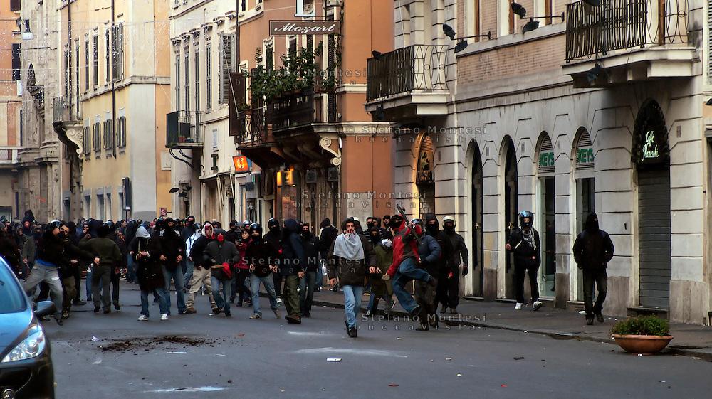 Roma 14 Dicembre 2010.<br /> Manifestazione contro il Governo Berlusconi. I manifestanti assaltono i mezzi della polizia a via del Corso<br /> Rome December 14, 2010.<br /> Demonstration against the Berlusconi government. Protesters attack police in Via del Corso