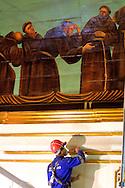 Fotos das obras de Restauro da Igreja da Ordem Terceira de São Francisco, realizadas no mês de dezembro de 2013. Reintegração de douramento em porta e/ou ornamentos. São Paulo, 11 de dezembro de 2013. Foto Daniel Guimarães