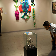 INAUGURACION DEL SALON DE ARTE JUAN LOVERA 2009<br /> Photography by Aaron Sosa<br /> Caracas - Venezuela 2009<br /> (Copyright © Aaron Sosa)<br /> <br /> Inauguracion del Salon de Artes Visuales Juan Lovera. Este galardón fue creado en 1971 en homenaje al ilustre pintor caraqueño Juan Lovera, autor de las geniales obras históricas sobre el 19 de abril de 1810 y el 5 de julio de 1811, cuyos trabajos recogen estos dos episodios de la historia venezolana con la meticulosidad propia del artista, quien fue testigo presencial de los hechos. Los ganadores fueron los siguientes: Estructura Fragmentada 4º, de Nathaly Dams; Kriwolf, de Luis García (Obra Tridimensional); Segundo y Violeta, de María Valbuena (Dibujo Jacobo Borges); Heteronomía, de Carlos Riera Romero (Obra Gráfica) y Serie: Iconos. La Monalisa, de Aaron Sosa (Fotografía Ciudad de Caracas).