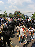 Centenares de Ex-militares que participaron en la guerra civil (1980-1992) protestan Jueves April 26,2013 frente a la Asamblea Legislativa para exigir una indemnización de diez mil dólares y una pensión de setecientos doares. Photo: Franklin Rivera/fmln/Imagenes Libres.