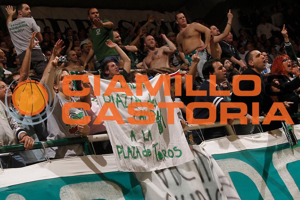 DESCRIZIONE : Siena Eurolega 2010-11 Playoffs Gara 4 Montepaschi Siena Olympiacos<br /> GIOCATORE : tifo fan supporter<br /> SQUADRA : Montepaschi Siena<br /> EVENTO : Eurolega 2010-2011<br /> GARA : Montepaschi Siena Olympiacos<br /> DATA : 31/03/2011<br /> CATEGORIA : esultanza<br /> SPORT : Pallacanestro <br /> AUTORE : Agenzia Ciamillo-Castoria/P.Lazzeroni<br /> Galleria : Eurolega 2010-2011<br /> Fotonotizia : Siena Eurolega 2010-11 Playoffs Gara 4 Montepaschi Siena Olympiacos<br /> Predefinita :