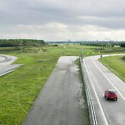 Nederland Delft 17-09-2010 20100917     A4 Delft - Schiedam wordt definitief verlengd,  er  is begin deze maand officieel besloten tot de aanleg van het stuk snelweg waarover zo'n vijftig jaar is gesproken. Rijkswaterstaat en het ministerie van VWS hebben dat laten weten.Over de nieuwe verkeersader wordt al decennialang gesteggeld, vooral omdat de weg het natuurgebied Midden-Delfland doorboort...De zeven kilometer asfalt tussen Delft en Schiedam doorkruist straks verdiept of via een tunnel het natuurgebied tussen de twee steden. Het belangrijkste pluspunt is dat de A13 wordt ontlast. Op rijksweg A13 staat dagelijks de voor de economie schadelijkste file van Nederland. Met het project A4 Delft-Schiedam willen lokale en regionale overheden en het Rijk de problemen rond bereikbaarheid en leefbaarheid op en rond de A13 en de A4 Delft-Schiedam oplossen, ook de bereikbaarheid van de Maasvlakte wordt zo verbeterd. Randstad.  ontlasting wegennet. Midden Delftland. , ruimte, ruimtelijk, ruimtelijke omgeving, ruimtelijke ordening, ruimtelijke planning, ruimtelijke visie, ruraal, rurale omgeving, rustiek, rustieke, rustieke omgeving, rustig, rustige, schadelijk, schadelijk voor milieu, schaden, snelweg, snelwegen, spoor, stil, terrein, toekomst, toekomstige plannen, toekomstplannen, tracé, traject, transport, uitgestrektheid, uitlaatgassen, verbinding, verbindingen, vergezicht, vergezichten, verkeer en vervoer, verkeer en waterstaat, verkeersader, verkeersaders, verkeersdruk, verkeersnet, vernieuwing, vervoer, vewezenlijken, weg, wegen, wegenbouw, wegennet, wegnet, wegverbinding, wei, weide, wijds, wijdsheid