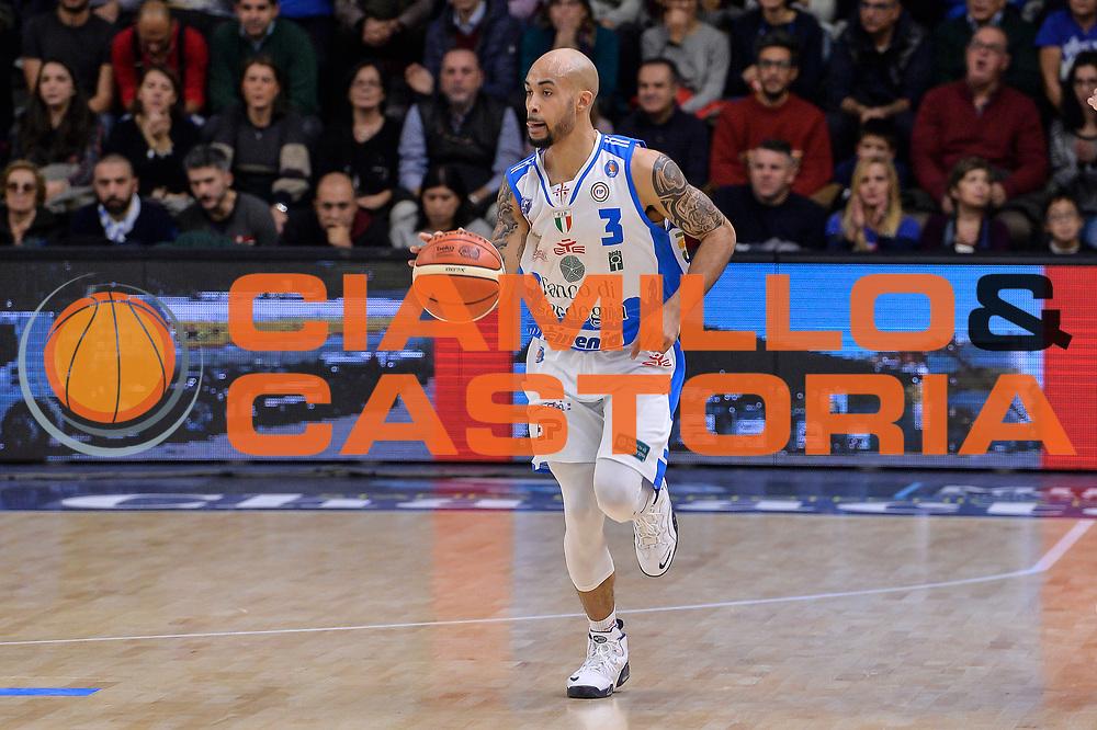 DESCRIZIONE : Sassari LegaBasket Serie A 2015-2016 Dinamo Banco di Sardegna Sassari - Giorgio Tesi Group Pistoia<br /> GIOCATORE : David Logan<br /> CATEGORIA : Palleggio<br /> SQUADRA : Dinamo Banco di Sardegna Sassari<br /> EVENTO : LegaBasket Serie A 2015-2016<br /> GARA : Dinamo Banco di Sardegna Sassari - Giorgio Tesi Group Pistoia<br /> DATA : 27/12/2015<br /> SPORT : Pallacanestro<br /> AUTORE : Agenzia Ciamillo-Castoria/L.Canu