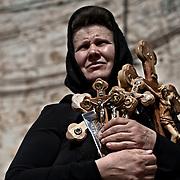 Jérusalem, israël, le vendredi 22 avril 2011 - Une pélerine serbe tient des cricifix sur le parvis de l'église du Saint Sépulcre après avoir emprunté lparticipé à une procession sur le chemin de croix.