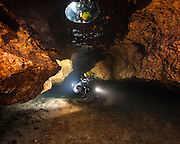 Un plongeur dans la caverne de Little River en Floride, États-Unis. |  Cave diver in Little River cave system in Florida, USA