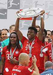 18.05.2019, Allianz Arena, Muenchen, GER, 1. FBL, FC Bayern Muenchen vs Eintracht Frankfurt, 34. Runde, Meisterfeier nach Spielende, im Bild Jubel beim FC Bayern - David Alaba hält die Meisterschale hoch // during the celebration after winning the championship of German Bundesliga season 2018/2019. Allianz Arena in Munich, Germany on 2019/05/18. EXPA Pictures © 2019, PhotoCredit: EXPA/ SM<br /> <br /> *****ATTENTION - OUT of GER*****
