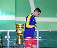 FUSSBALL  DFB POKAL FINALE  SAISON 2018/2019 IN BERLIN RB Leipzig - FC Bayern Muenchen         25.05.2019 SIEGEREHRUNG, Enttaeuschung RB Leipzig; Willi Orban geht am DFB Pokal vorbei