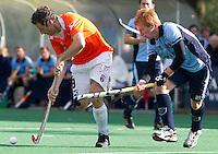 BLOEMENDAAL - Ronald Brouwer (L) van Bloemendaal in duel met Jons van Hattum van Laren tijdens de hoofdklasse competietiewedstrijd heren tussen Bloemendaal en Laren (9-1).  Foto KOEN SUYK