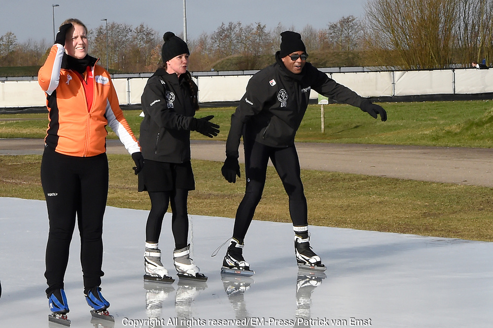 De Hollandse 100 op FlevOnice, een sportief evenement ter ondersteuning van onderzoek naar lymfeklierkanker. Een oer-Hollandse duatlon bestaande uit twee onderdelen: schaatsen en fietsen. <br /> <br /> The Dutch 100 on FlevOnice, a sporting event to support research into lymphoma. A traditional Dutch duathlon consisting of two components: skating and cycling.<br /> <br /> Op de foto:  Prinses Annette en Patrick Kluivert