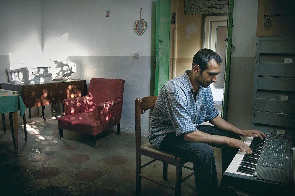 Rifugiato Kurdo vive nel centro sociale di prima accoglienza Ararat a Roma.<br /> Nel suo paese Cengiz era un musicista.