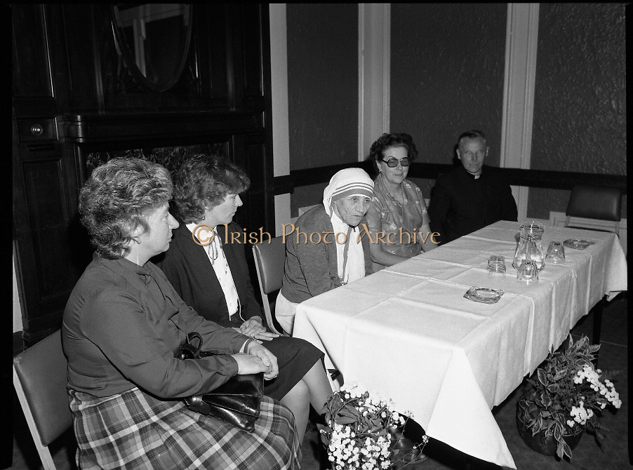 Mother Teresa of Calcutta speaks at press conference  organised by SPUC (Society for the Protection of Unborn Children)..1982-08-02.2nd August 1982.2/08/1982.08-02-82..Pictured at Wynns Hotel, Dublin..From Left:..Two SPUC officials.Mother Teresa.Menia Aitken, Development Officer for SPUC, Ireland.Fr Raymond Browne, C.C. Roscommon, SPUC National Executive Committee.