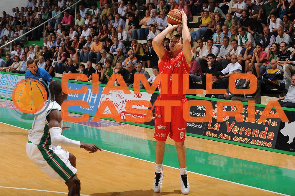 DESCRIZIONE : Siena Lega A 2009-10 Playoff Finale Gara 2 Montepaschi Siena Armani Jeans Milano<br /> GIOCATORE : Jonas maciulis<br /> SQUADRA : Montepaschi Siena Armani Jeans Milano<br /> EVENTO : Campionato Lega A 2009-2010 <br /> GARA : Montepaschi Siena Armani Jeans Milano<br /> DATA : 15/06/2010<br /> CATEGORIA : tiro<br /> SPORT : Pallacanestro <br /> AUTORE : Agenzia Ciamillo-Castoria/GiulioCiamillo<br /> Galleria : Lega Basket A 2009-2010 <br /> Fotonotizia : Siena Lega A 2009-10 Playoff Finale Gara 2 Montepaschi Siena Armani Jeans Milano<br /> Predefinita :