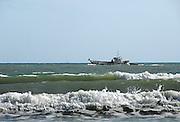 Spanje, Barbate, 8-5-2010Een vissersboot vaart de haven uit om te gaan vissen. Spanje heeft de grootste vissersvloot van europa.Foto: Flip Franssen