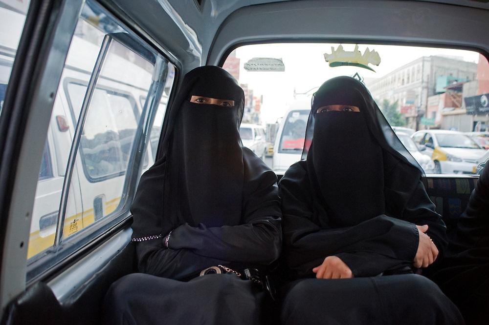 Alia et Ghada dans le bus, Sanaa. Femmes et hommes utilisent les memes transports en commun...Alia and Ghada in the bus. In the bus where women and men are mixed.