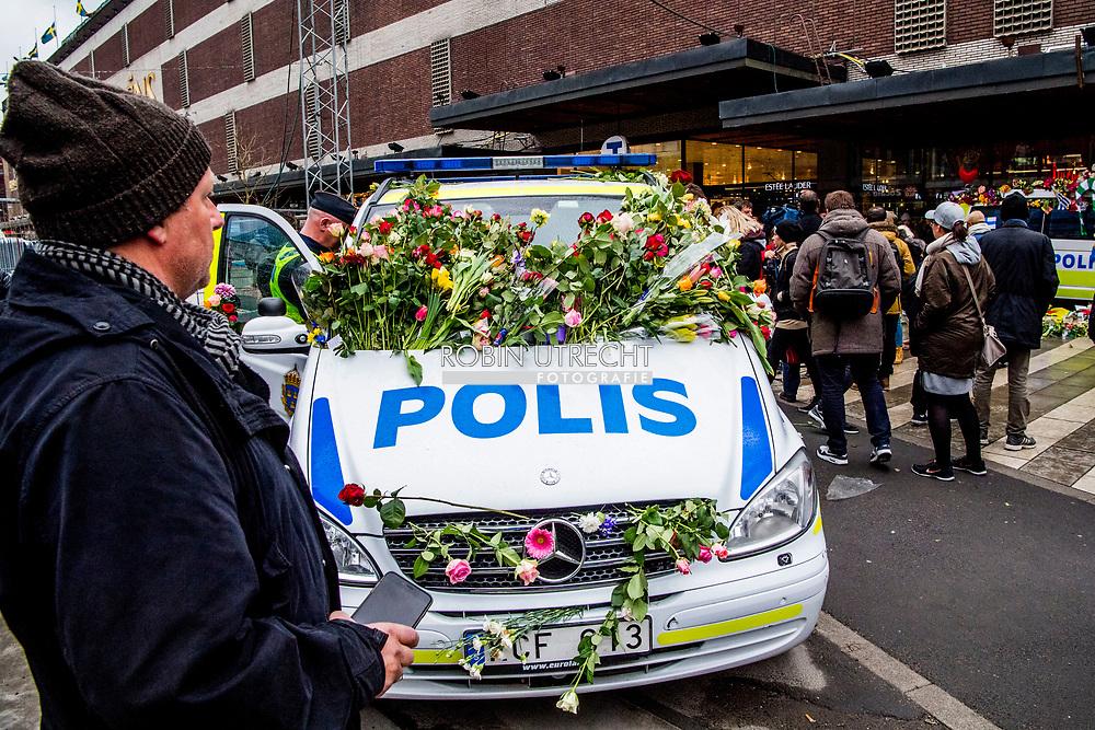 STOCKHOLM - Een bloemenzee op de plek van de aanslag in het centrum van Stockholm. Inwoners van de Zweedse stad zijn bijeen om de slachtoffers van de aanslag met een vrachtwagen op 7 april 2017 ter herdenken. <br /> STOCKHOLM - People gather at a makeshift memorial to commemorate the victims of Fridays terror attack near the site where a truck drove into a department store in Stockholm, Sweden, on April 10, 2017.Four people died and fifteen were injured when a truck plunged into a crowd at a busy pedestrian street in the Swedish capital on 7 april . copyreight robin utrecht