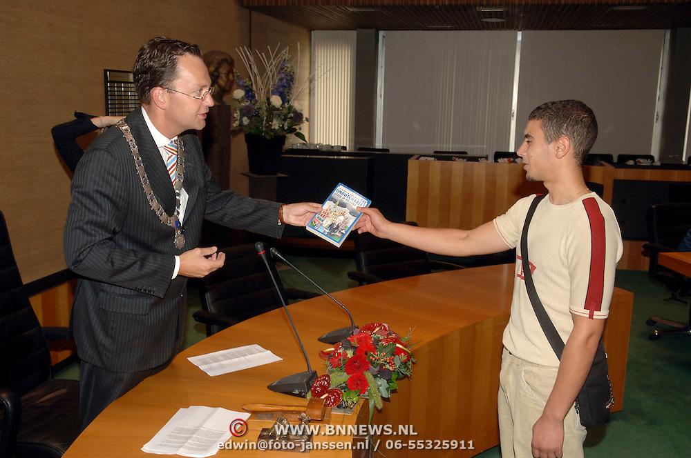 NLD/Bussum/20060824 - 1e landelijke Naturalisatiedag, Burgemeester Milo Schoenmaker overhandigd een boekje