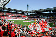 11.05.2008, 2.Bundesliga, 33.Spieltag, 1.FC Köln - FSV Mainz 05, Das Kölner RheinEnergie Stadion ist prall gefüllt,  Fans schwenken die Fahnen.
