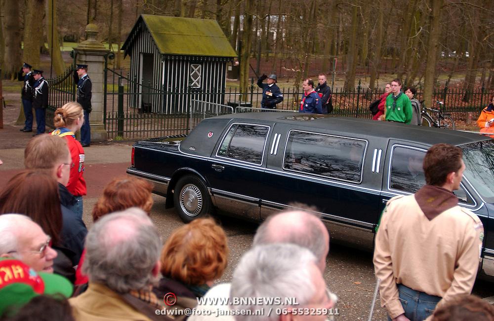 Overbrengen overleden prinses Juliana van paleis Soestdijk naar Noordeinde, , publiek