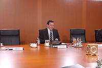 26 MAR 2003, BERLIN/GERMANY:<br /> Gerhard Schroeder, SPD, Bundeskanzler, vor Beginn der Kabinettsitzung<br /> IMAGE: 20030326-01-019<br /> KEYWORDS: Kabinett, Sitzung, Gerhard Schröder