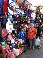 FLORENCE - Veel voetbalshirts op de markt van Florence