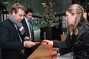 Teilnehmer der Kongress empfangen ihre Namenschilt