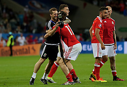 TOULOUSE, FRANCE - Monday, June 20, 2016: Wales' Gareth Bale celebrates the 3-0 victory over Russia and reaching the knock-out stage with masseur Chris Senior during the final Group B UEFA Euro 2016 Championship match at Stadium de Toulouse. (Pic by David Rawcliffe/Propaganda)