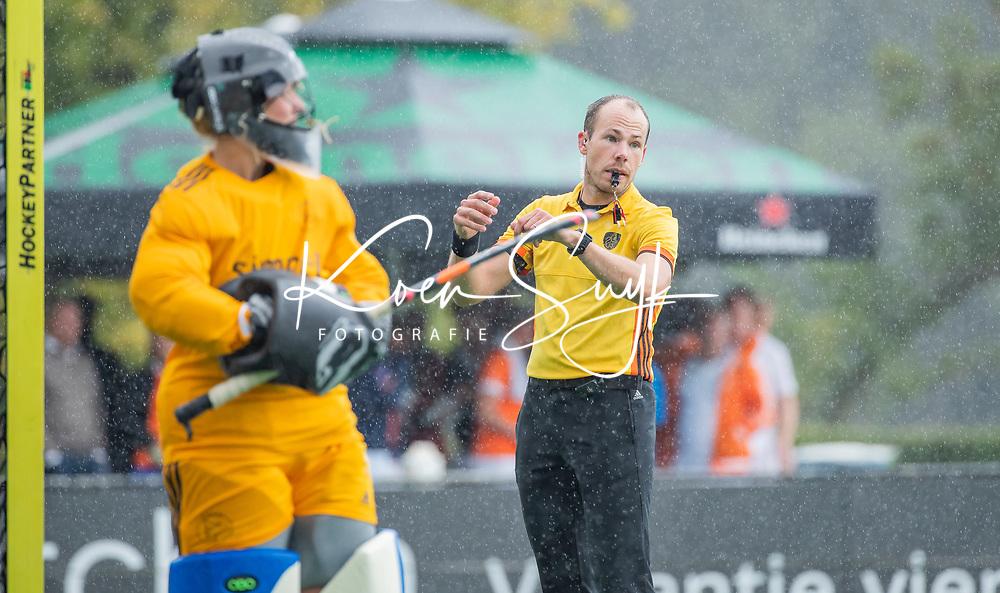 BLOEMENDAAL - scheidsrechter Jeroen Bok tijdens de oefenwedstrijd  dames  Bloemendaal-Pinoke.  COPYRIGHT KOEN SUYK