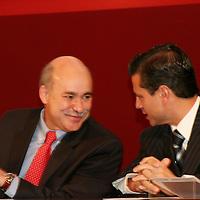 Toluca, Mex.- Edurdo Sojo (izq), secretario de Economia Federal y Enrique Peña Nieto (der), encabezan la puesta en marcha del Sistema de Apertura Rapida de Empresas (SARE). Agencia MVT / Luis Enrique Hernandez V. (DIGITAL)<br /> <br /> <br /> <br /> <br /> <br /> NO ARCHIVAR - NO ARCHIVE