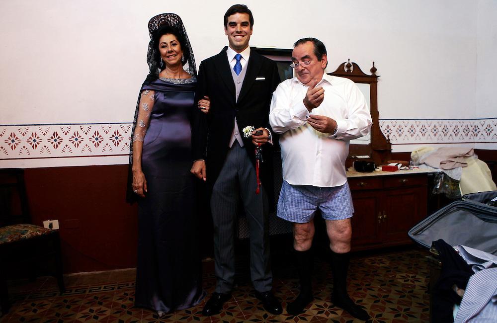 Carpeta 18 Foto 03<br /> El novio y los padres posan en la habitaci&oacute;n de ellos durante la preparaci&oacute;n para un casamiento en San Bernardino, Paraguay el 22 de setiembre de 2012. (Jorge Saenz)<br /> <br /> &quot;Todo era una Fiesta&quot;:<br /> Por mas crisis que ataquen la econom&iacute;a publica y privada, la clase alta de Paraguay tal como la de otros pa&iacute;ses, no limita en lo mas m&iacute;nimo su costumbre de festejar las bodas con una gran inversi&oacute;n econ&oacute;mica en los eventos. Este trabajo presentado es parte de uno mas general en desarrollo sobre la sociedad paraguaya llamado &quot;Las Clases&quot; desde hace mas de 10 a&ntilde;os.