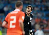 21-06-2008: Voetbal: Nederland-Rusland: Basel <br /> Andre Ooijer wordt door Edwin van der Sar op zijn nummer gezet na het doelpunt van Rusland<br /> Foto: Geert van Erven