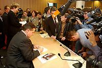 """10 DEC 2002, BERLIN/GERMANY:<br /> Sigmar Gabriel (L), SPD, Ministerpraesident Niedersachsen, signiert ein Buch, umgeben von Kamerateams und Fotografen, nach der Vorstellung seiner Buches """"Mehr Politik wagen"""", Haus der Bundespressekonferenz<br /> IMAGE: 20021210-01-015<br /> KEYWORDS: Buchvorstellung, Ministerpräsident, Präsentation, Praesentation, book, Journalisten, Journalist"""