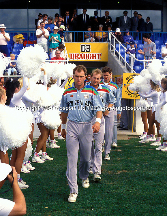 Martin Crowe leads his team onto the pitch.<br />