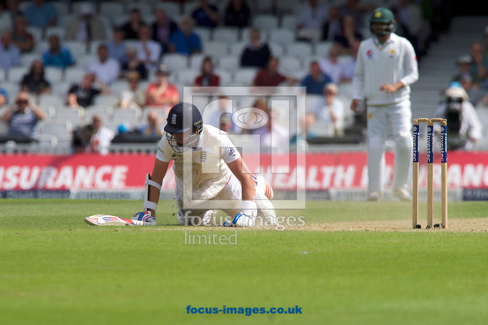 Stuart Broad of England dives for the crease during Day Four of the fourth Investec Test Match at the Kia Oval, London<br /> Picture by Alan Stanford/Focus Images Ltd +44 7915 056117<br /> 14/08/2016