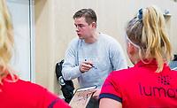 DELFT - coach Bart Broeders van Nijmegen,  tijdens de zaalhockey competitiewedstrijd Laren-Nijmegen. COPYRIGHT KOEN SUYK